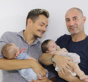 Alexander och Shlomi med bebisarna - Nordic Surrogacy