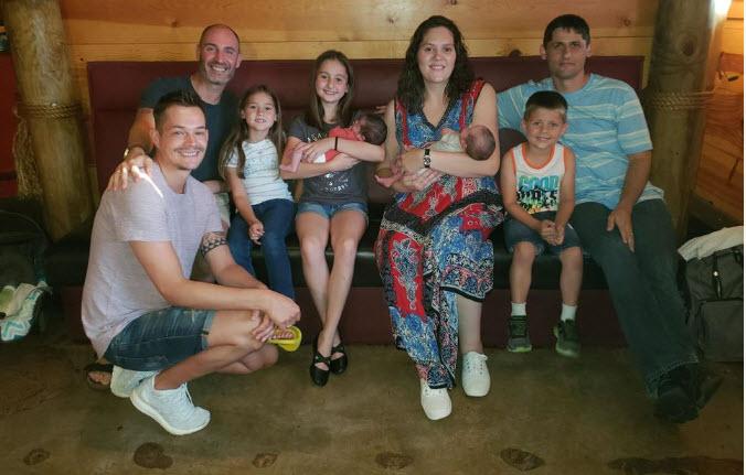 Shlomi og Alexander med surrogatmor og familjen - Nordic Surrogacy