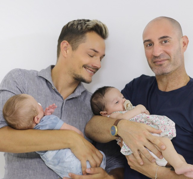 Alexander og Shlomi med babyene - Nordic Surrogacy