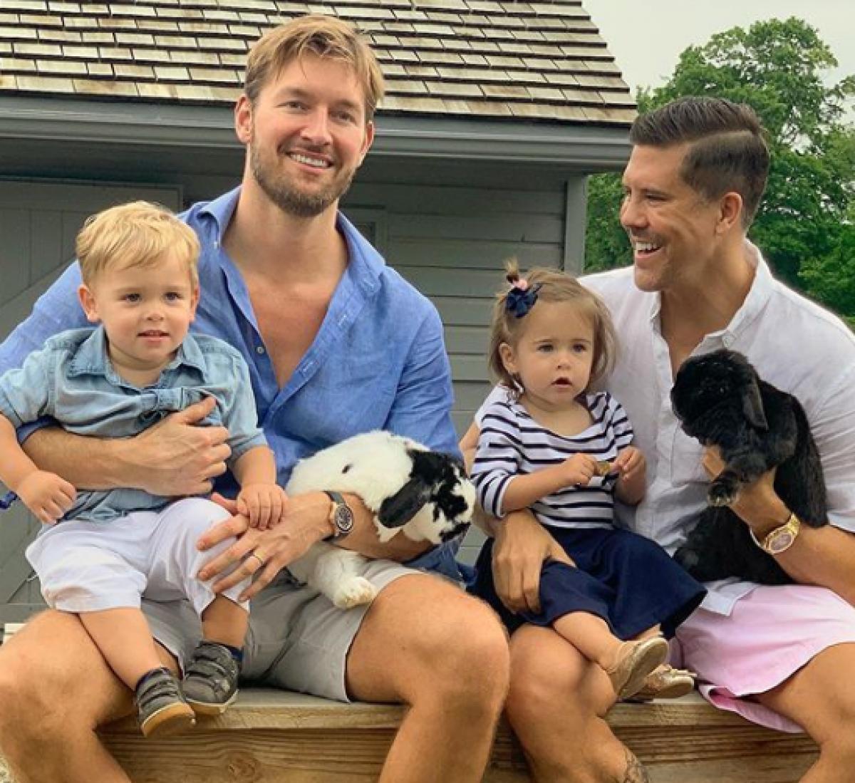 Kjendisfamilien får tvillinger via surrogati