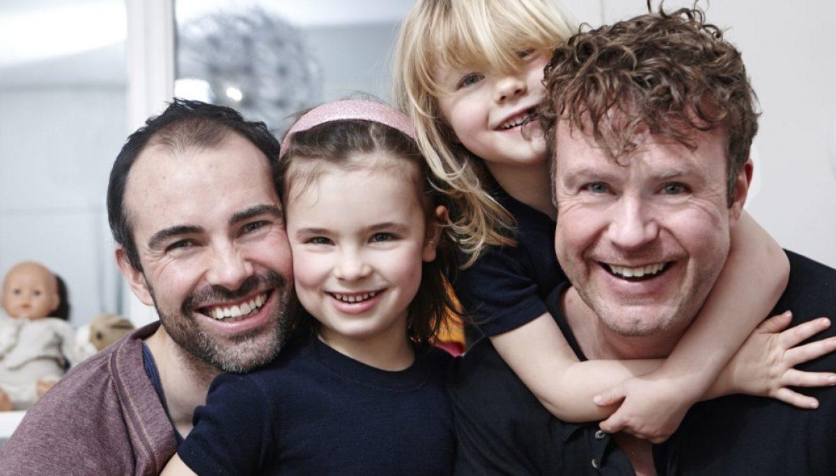 Fikk tvillingjenter ved hjelp av en eggdonor og en surrogatmor i USA