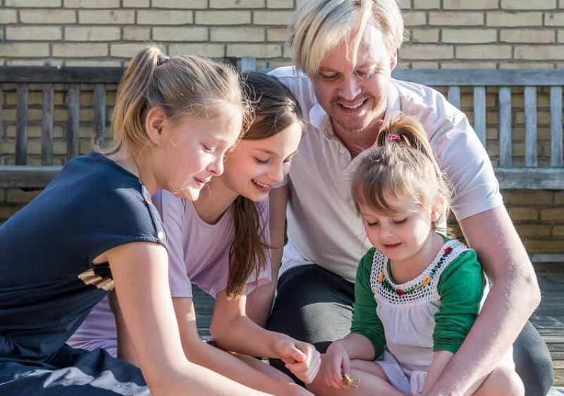 Bøsser får børn gennem surrogacy - Nordic Surrogacy - OG