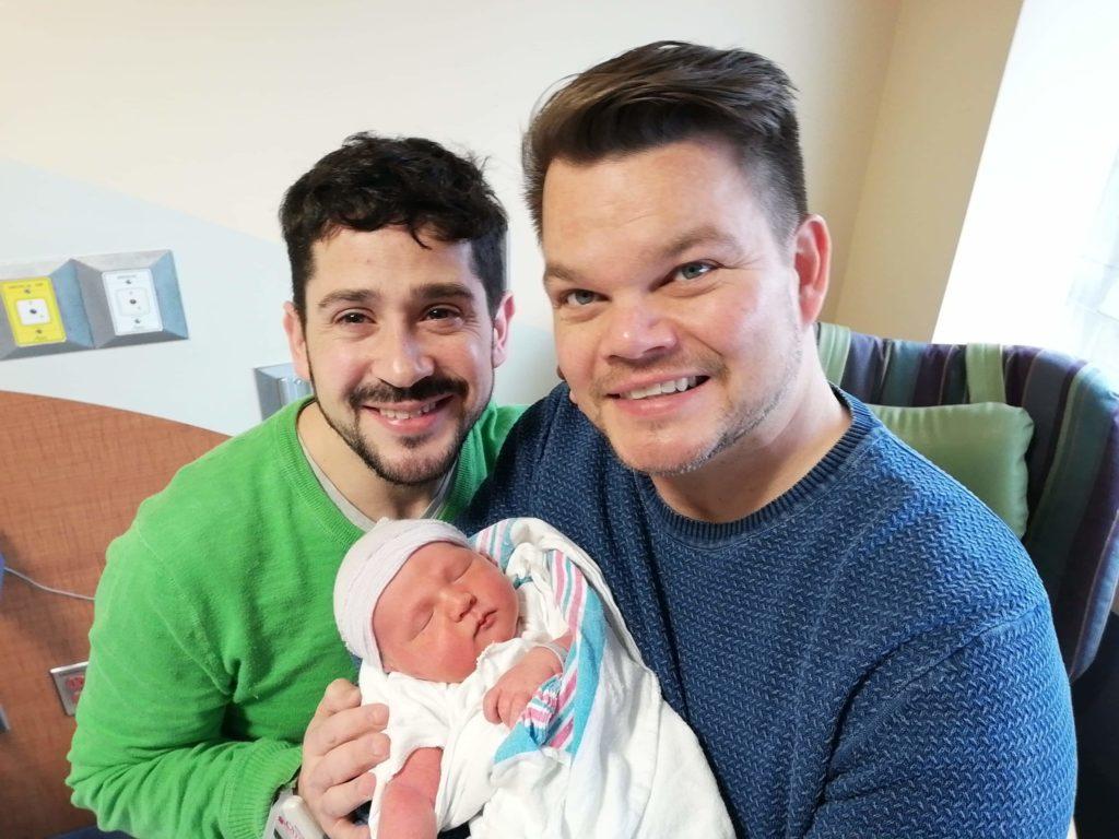 Nestor og Dennis med sin søn Erik, født av rugemor i USA - Nordic Surrogacy